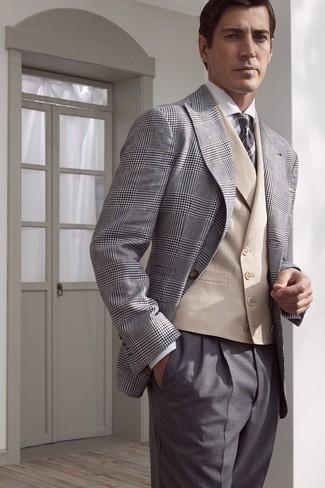 Comment porter: blazer écossais gris, gilet beige, chemise de ville blanche, pantalon de costume gris