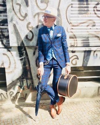 Comment porter: blazer écossais bleu, gilet bleu clair, chemise de ville blanche, pantalon de costume écossais bleu