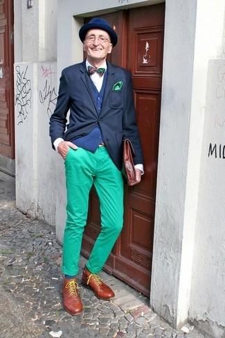 Comment porter: blazer noir, gilet bleu marine, chemise de ville blanche, pantalon chino vert