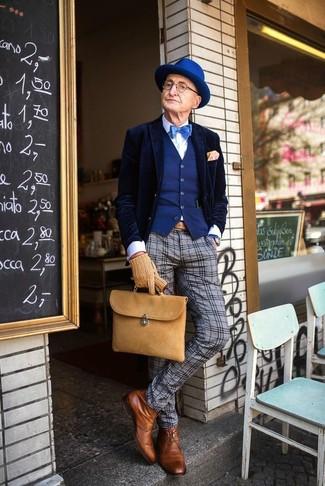 Comment porter: blazer en velours bleu marine, gilet bleu, chemise de ville blanche, pantalon de costume en laine écossais gris