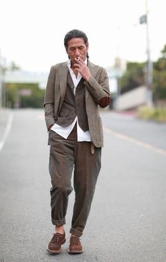 Comment porter: blazer à carreaux olive, gilet olive, chemise de ville blanche, pantalon de costume olive