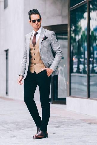 Comment porter: blazer écossais gris, gilet marron clair, chemise de ville blanche, pantalon chino noir