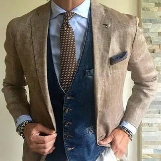 Comment porter: blazer marron clair, gilet en denim bleu marine, chemise de ville bleu clair, pantalon chino beige