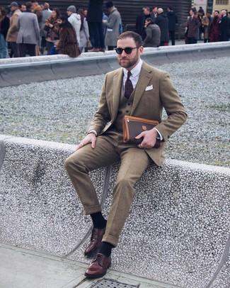 Comment porter: blazer en laine olive, gilet en laine olive, chemise de ville blanche, pantalon de costume en laine olive