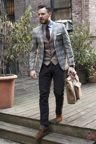 Comment porter: blazer en laine écossais gris, gilet en laine gris, chemise de ville bleu clair, pantalon chino noir