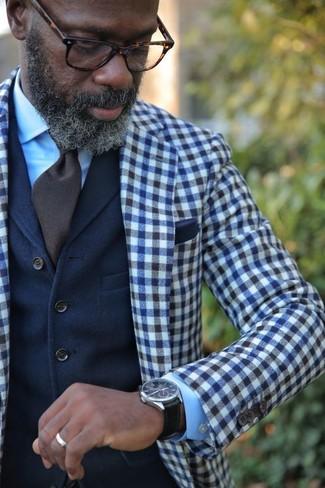 Comment porter: blazer en laine en vichy bleu marine et blanc, gilet en laine bleu marine, chemise de ville bleu clair, cravate marron foncé