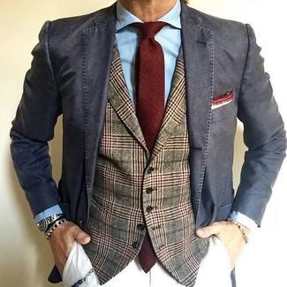 Comment porter: blazer en coton gris foncé, gilet en laine écossais olive, chemise de ville bleu clair, pantalon chino blanc