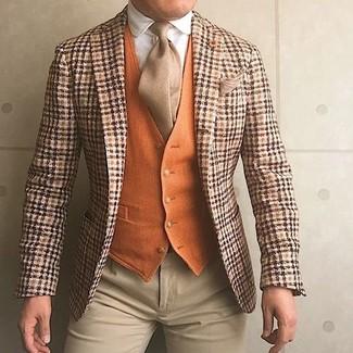 Comment porter un gilet en laine orange: Pense à opter pour un gilet en laine orange et un pantalon de costume beige pour dégager classe et sophistication.
