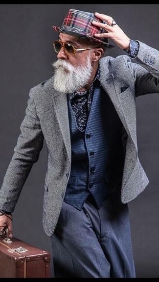 Comment porter: blazer gris, gilet à rayures horizontales bleu marine, chemise de ville à fleurs bleu marine, pantalon de costume bleu marine