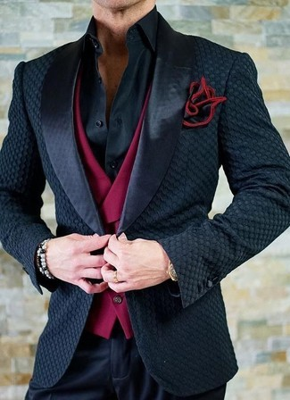 Comment porter: blazer en satin noir, gilet rouge, chemise de ville noire, pantalon de costume noir