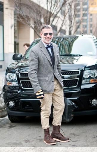 Comment porter un blazer en laine gris quand il fait frais: Porte un blazer en laine gris et un pantalon cargo beige pour obtenir un look relax mais stylé. Tu veux y aller doucement avec les chaussures? Assortis cette tenue avec une paire de des bottes de travail en cuir marron foncé pour la journée.