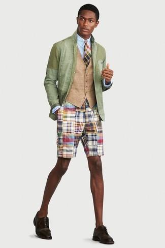 Comment porter: blazer en coton vert menthe, gilet marron clair, chemise de ville à rayures verticales bleu clair, short multicolore