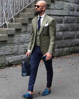 Comment porter: blazer olive, gilet olive, chemise de ville blanche, pantalon de costume bleu marine
