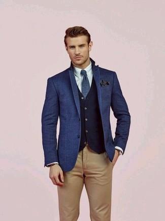 Comment porter une cravate en laine bleu marine: Marie un blazer en laine bleu avec une cravate en laine bleu marine pour un look pointu et élégant.