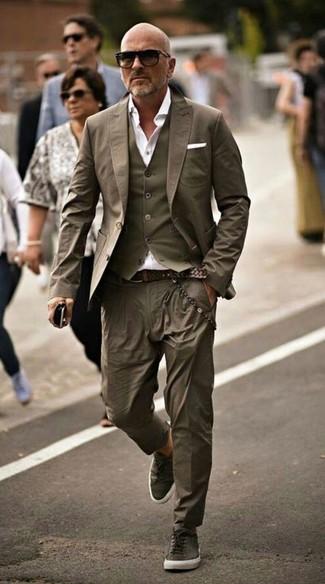 Comment porter: blazer olive, gilet olive, chemise de ville blanche, pantalon chino olive