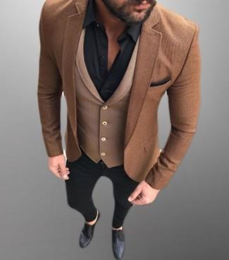 Comment porter: blazer en laine marron, gilet en laine marron, chemise de ville noire, jean skinny noir