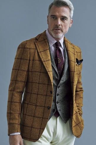 Comment porter: blazer en laine à carreaux marron, gilet en laine gris, chemise de ville à rayures verticales blanc et rouge, jean en velours côtelé beige