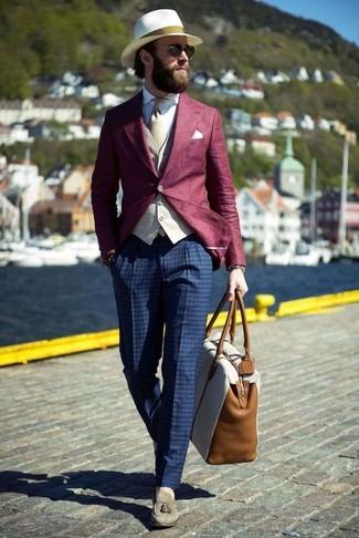 Comment porter: blazer bordeaux, gilet beige, chemise de ville blanche, pantalon de costume à carreaux bleu marine