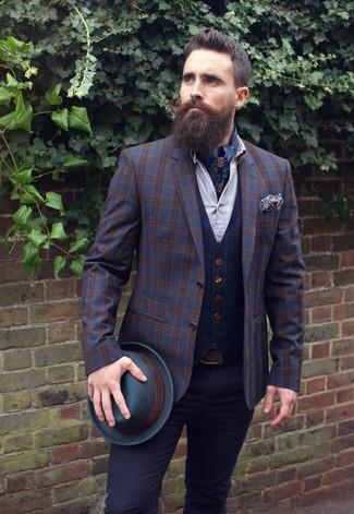 Comment porter: blazer en laine écossais bleu marine, gilet bleu marine, chemise de ville blanche, pantalon chino noir