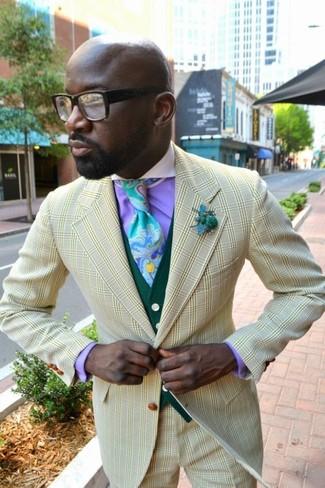 Comment porter une cravate imprimée bleu clair: Pense à porter un blazer à carreaux jaune et une cravate imprimée bleu clair pour dégager classe et sophistication.