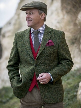 Comment porter: blazer en laine à chevrons olive, gilet en laine rouge, chemise de ville en vichy blanc et rouge et bleu marine, pantalon chino en velours côtelé marron