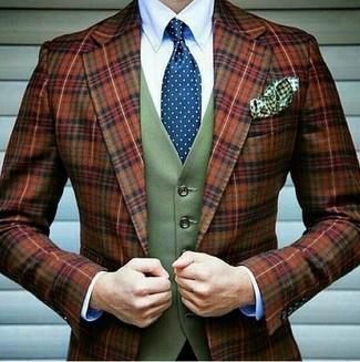 Comment porter: blazer en laine écossais tabac, gilet en laine olive, chemise de ville blanche, cravate á pois bleue