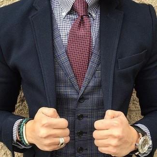 Comment porter: blazer noir, gilet écossais bleu marine, chemise de ville en vichy blanc et bleu marine, cravate imprimée bordeaux