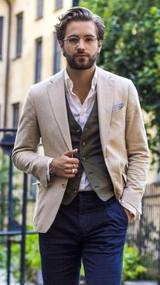 Comment porter: blazer beige, gilet gris foncé, chemise de ville violet clair, pantalon chino bleu marine