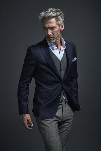 Comment porter: blazer bleu marine, gilet en laine gris, chemise de ville bleu clair, pantalon de costume en laine gris