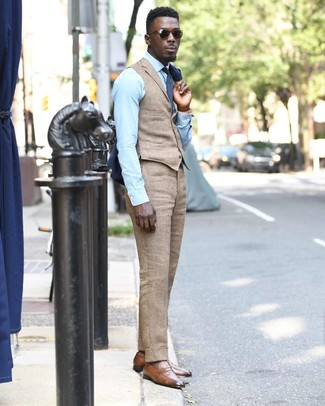Comment porter: blazer bleu marine, gilet marron clair, chemise de ville bleu clair, pantalon de costume en lin marron clair