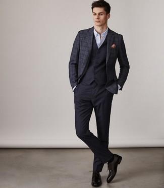 Comment porter: blazer en laine écossais bleu marine, gilet bleu marine, chemise de ville blanche, pantalon de costume bleu marine