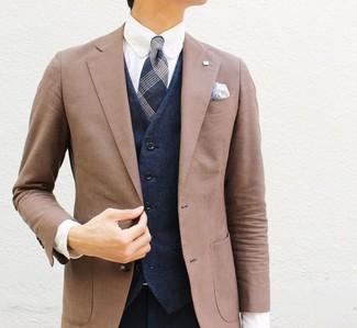 Comment porter: blazer marron, gilet bleu marine, chemise de ville blanche, pantalon de costume bleu marine