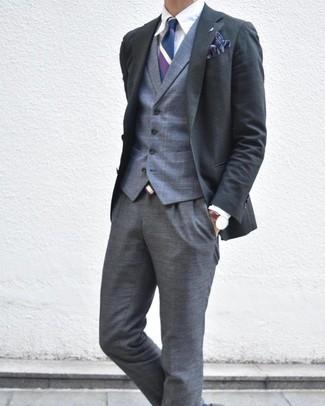Comment porter un gilet écossais gris: Associe un gilet écossais gris avec un pantalon de costume écossais gris pour un look classique et élégant.