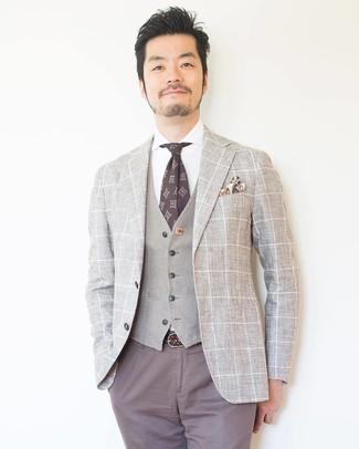 Comment porter: blazer à carreaux beige, gilet beige, chemise de ville blanche, pantalon chino gris
