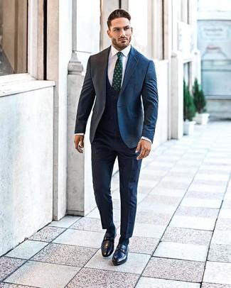 Comment porter des slippers en cuir bleu marine: Associe un blazer en laine en vichy bleu marine avec un pantalon de costume bleu marine pour une silhouette classique et raffinée. Complète ce look avec une paire de des slippers en cuir bleu marine.