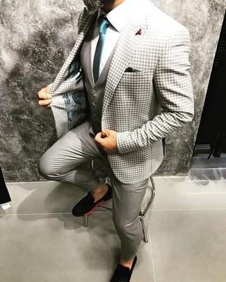 Comment porter une broche rouge: Associe un blazer en vichy gris avec une broche rouge pour une tenue relax mais stylée. Assortis cette tenue avec une paire de des slippers en daim noirs pour afficher ton expertise vestimentaire.