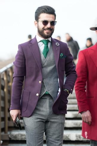 Comment porter: blazer en laine pourpre foncé, gilet en laine gris, chemise de ville à rayures verticales blanche, pantalon de costume en laine gris