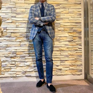 Comment porter: blazer écossais bleu marine, gilet bleu marine, chemise de ville à rayures verticales blanc et bleu marine, jean bleu marine