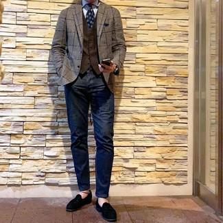 Comment porter: blazer à carreaux marron, gilet marron foncé, chemise de ville à rayures verticales bleu clair, jean bleu marine