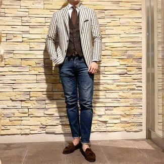Comment porter une cravate marron: L'association d'un blazer à rayures verticales blanc et d'une cravate marron peut te démarquer de la foule. Assortis ce look avec une paire de des mocassins à pampilles en daim marron foncé.