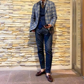 Comment porter: blazer écossais bleu marine, gilet bleu marine, chemise de ville blanche, jean bleu marine