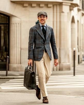 Comment porter: blazer en laine écossais gris foncé, gilet noir, chemise de ville bleu clair, pantalon de costume beige