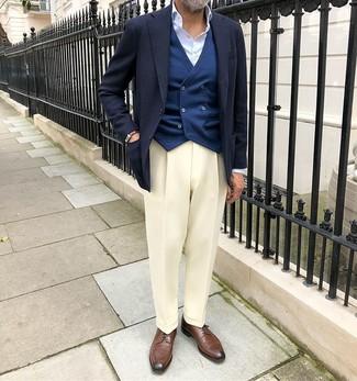 Comment porter: blazer bleu marine, gilet bleu marine, chemise de ville bleu clair, pantalon de costume blanc