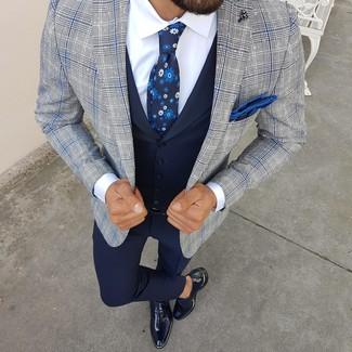 Comment porter un gilet bleu marine: Associer un gilet bleu marine et un pantalon de costume bleu marine créera un look pointu et élégant. Jouez la carte décontractée pour les chaussures et opte pour une paire de des chaussures richelieu en cuir bleu marine.