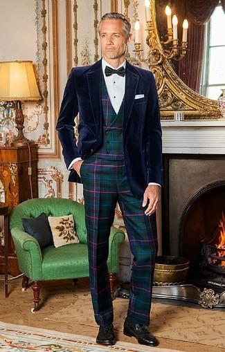 Comment porter: blazer en velours bleu marine, gilet écossais vert foncé, chemise de ville blanche, pantalon de costume écossais vert foncé