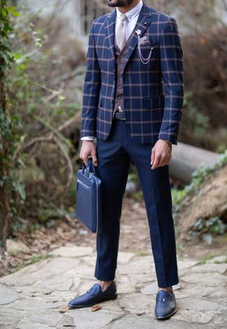 Comment porter une pochette de costume imprimée marron clair: Associe un blazer à carreaux bleu marine avec une pochette de costume imprimée marron clair pour une tenue idéale le week-end. Transforme-toi en bête de mode et fais d'une paire de des mocassins à pampilles en cuir bleu marine ton choix de souliers.