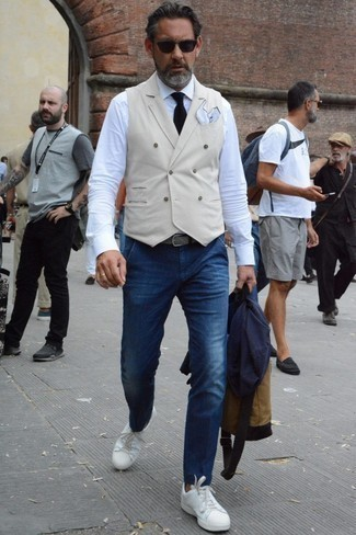 Comment porter une cravate en tricot noire: Essaie d'associer un blazer bleu marine avec une cravate en tricot noire pour une silhouette classique et raffinée. Mélange les styles en portant une paire de des baskets basses en cuir blanches.