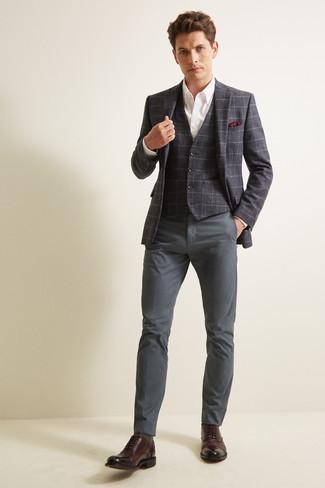 Comment porter une chemise de ville blanche: Harmonise une chemise de ville blanche avec un pantalon chino gris foncé pour prendre un verre après le travail. Ajoute une paire de des chaussures richelieu en cuir marron foncé à ton look pour une amélioration instantanée de ton style.