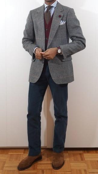 Comment porter un blazer en laine écossais gris: Associe un blazer en laine écossais gris avec un pantalon chino bleu marine pour achever un look habillé mais pas trop. D'une humeur créatrice? Assortis ta tenue avec une paire de des bottines chelsea en daim tabac.