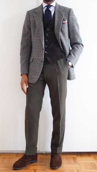 Comment porter un blazer en laine écossais gris: Essaie de marier un blazer en laine écossais gris avec un pantalon de costume gris foncé pour un look classique et élégant. Transforme-toi en bête de mode et fais d'une paire de des chaussures richelieu en daim marron ton choix de souliers.